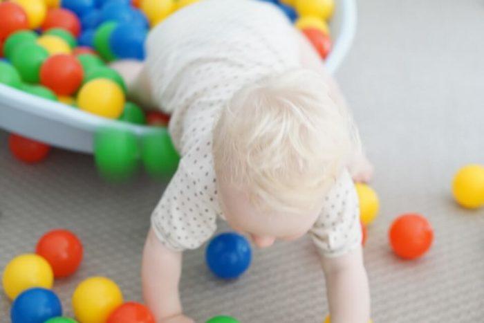 Baby auf Entdeckungstour - Die Wippe kann wie ein Wobbleboard eingesetzt werden und schult das Gleichgewicht