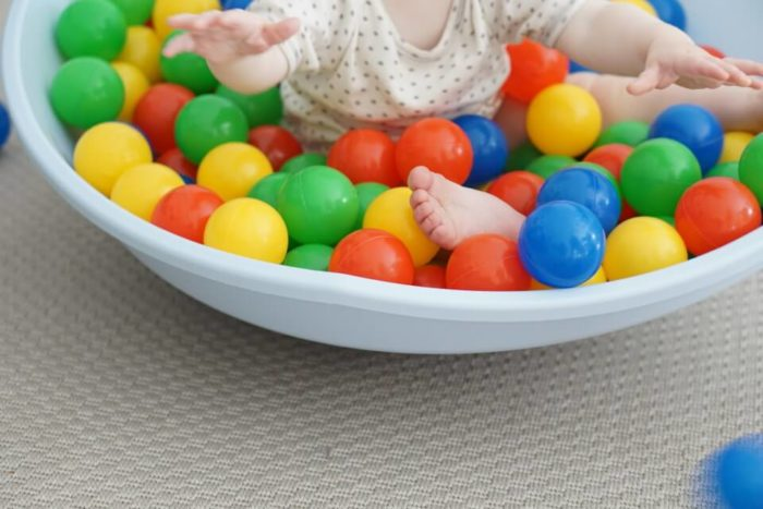 motorische Fähigkeiten werden im kleinen Bällebad fürs Baby geschul - ein tolles Geschenk zum ersten Geburtstag