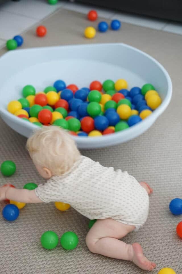 Geburtstagsgeschenk fürs Geschwisterkind - :Bällebad, Wobbleboard und Bücher für Babys