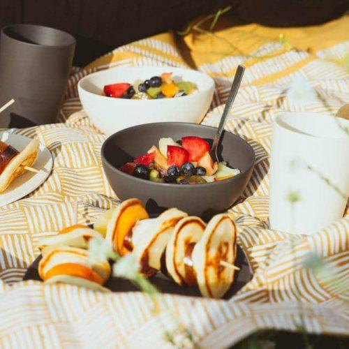 Picknick Rezepte mit Pfannkuchentürmchen und Obstsalat