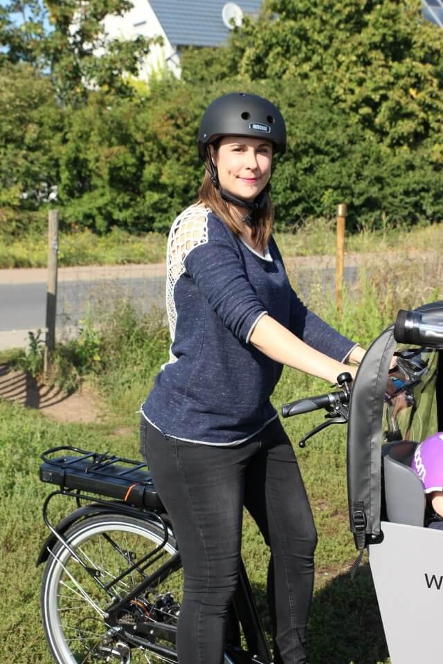 Das Transportrad mit Transportbox für Baby und Kleinkind. Sicher unterwegs im Straßenverkehr mit dem E-Bike mit Helm