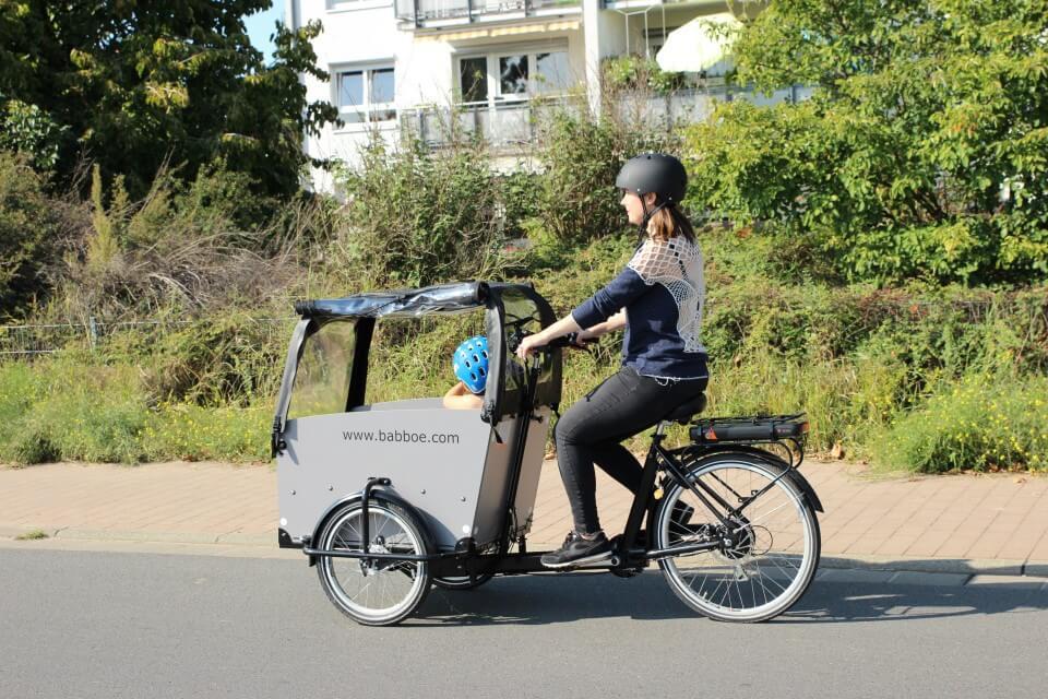 Fahrradfahren mit Kindern - im Lastenrad von Babboe ist in der Transportbox Platz für einen Kindersitz