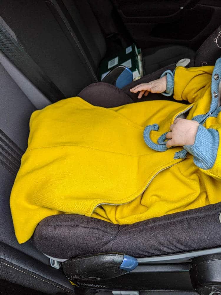 Baby im Maxi Cosi mit Decke