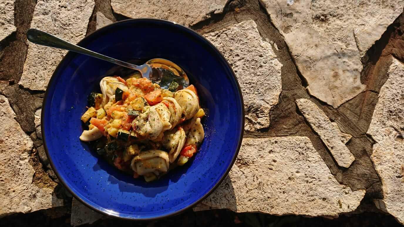 Tortellini mit Ratatouille im Wohnwagen kochen