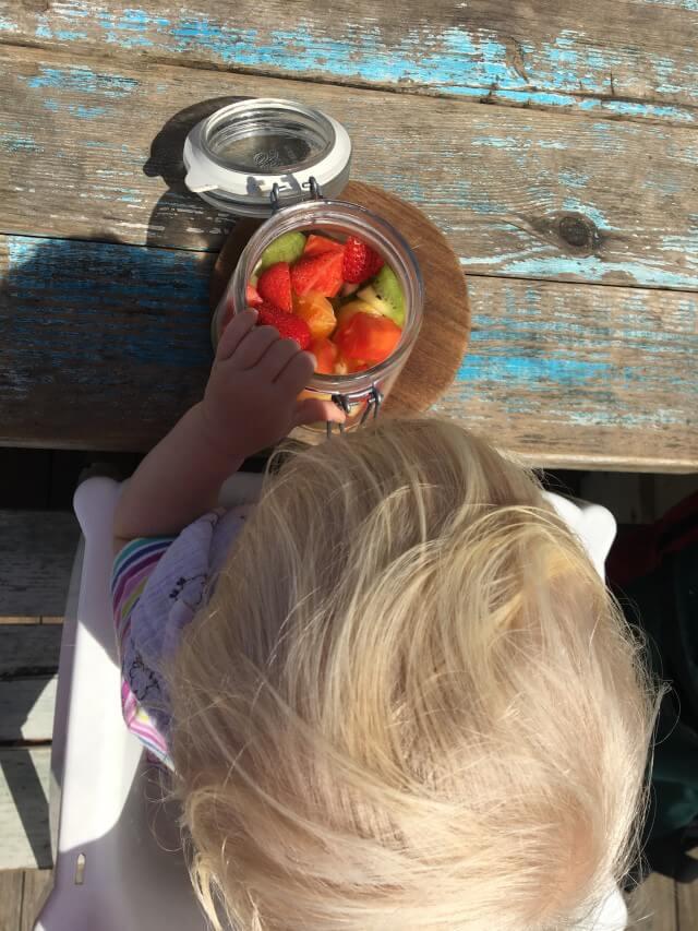 BLW Baby isst Obst in der Strandbar - so lassen wir es uns alle während unserer Elternzeit Reise als Familie gut gehen
