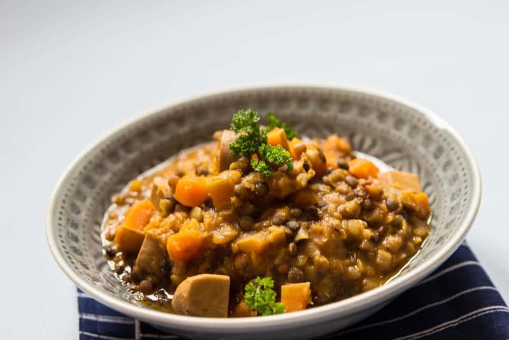 Linsensuppe vegan mit veganen Würstchen