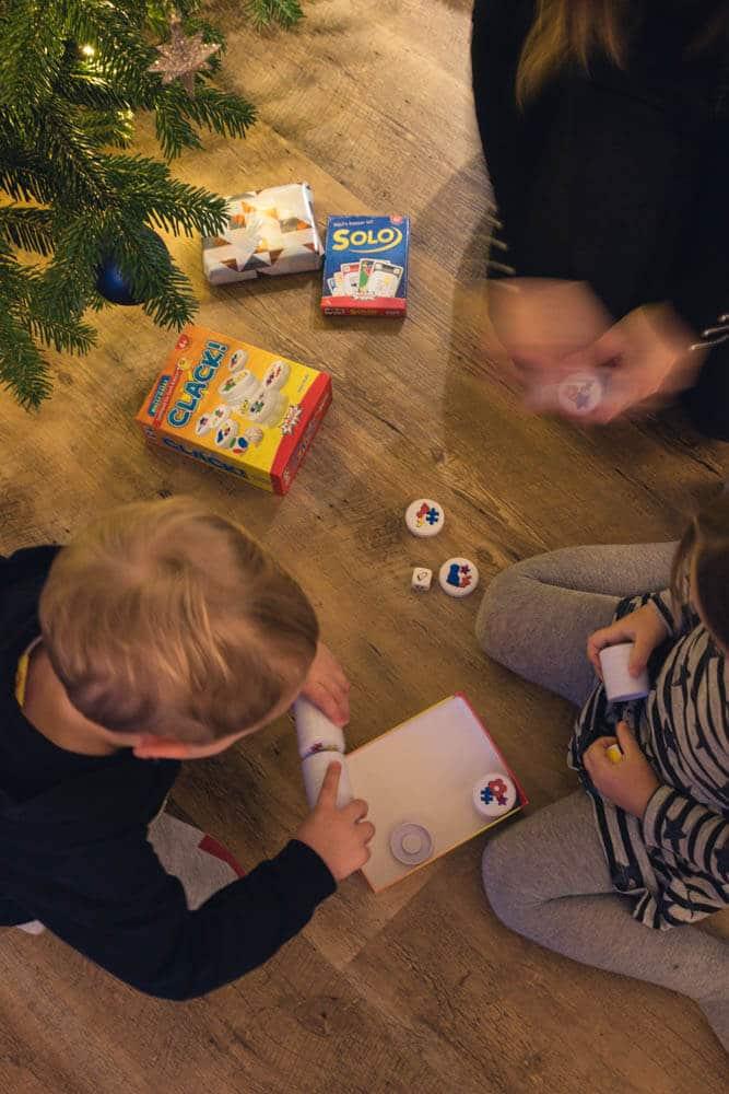 Spiel für Kinder mit Würfel und magnetischen Scheiben zum Erkennen von Farben, Formen und Symbolen - Spielideen für Drinnen