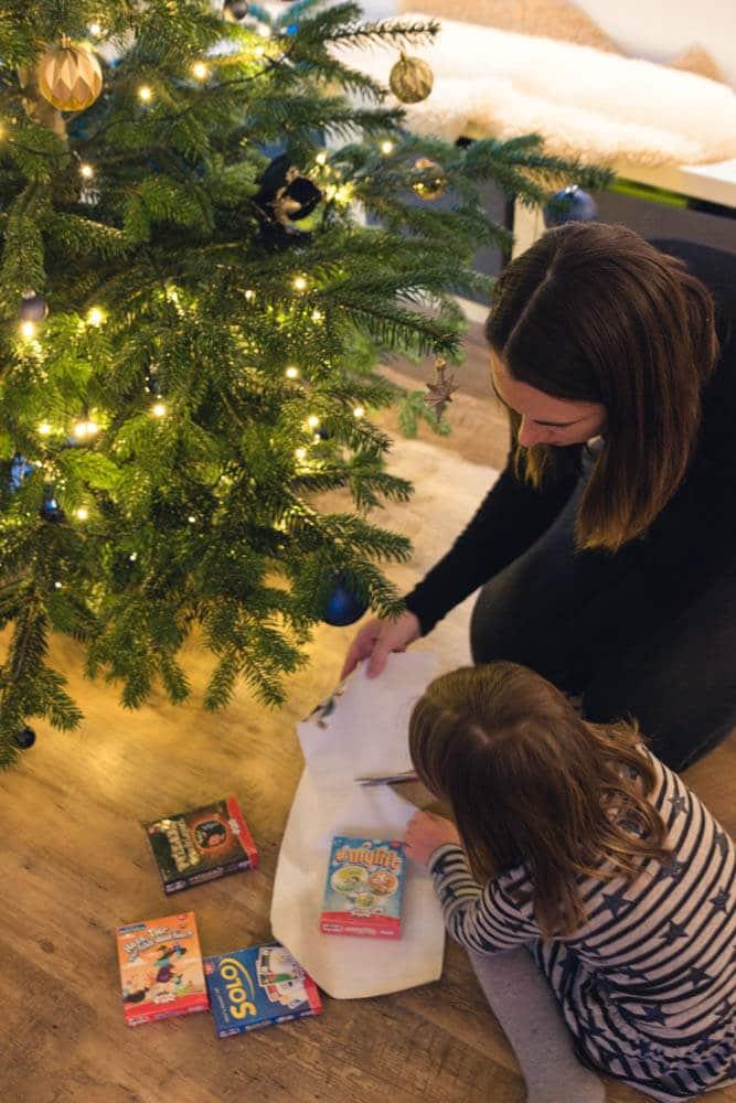 Bedürfnisorientiertes Miteinander im Familienaltag - Montessori Pädagogik und Unterstützung beim Geschenke einpacken mit Kindern