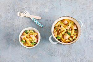 One-Por-Pasta mit Lachs, Pilzen und Brokkoli - ein schnelles Pasta Gericht für Babys und Kleinkinder und den Rest der Familie. Wir zeigen dir unser schnelles Rezept für ein gesundes Mittagessen.