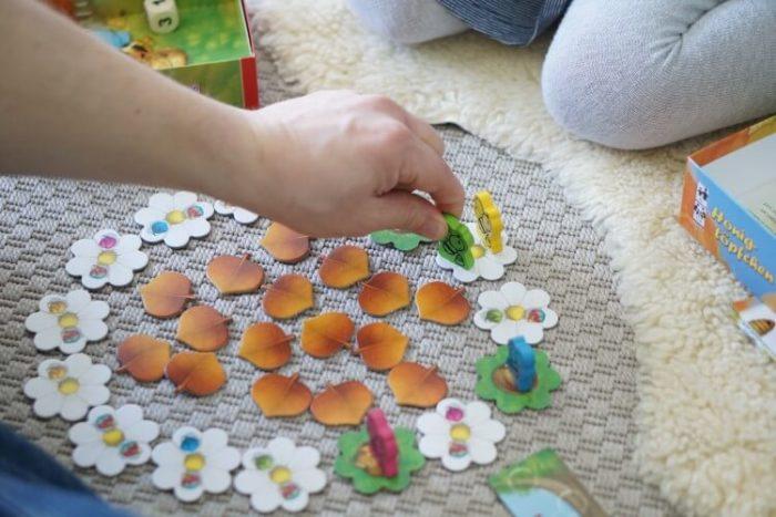 Familienspiele - Spielen mit der ganzen Familie in der Corona Zeit - gemeinsam mit den Kindern spielen in der Zeit ohne Kinderkarten. Unsere Spielideen