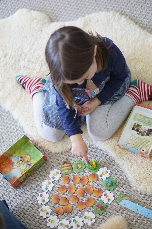 Ein kooperatives Spiel für Kinder mit Lerneffekt. Honigbienen sammeln Nektar