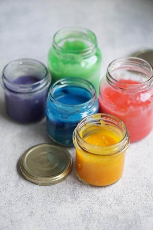 Farbe selber machen aus Hausmitteln - Fingerfarbe mit Mehl selber machen