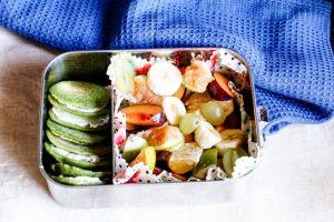 Kindergartenbox - bunt gefüllte Brotdose für den Kindergarten mit Obst und Pfannkuchen für unterwegs