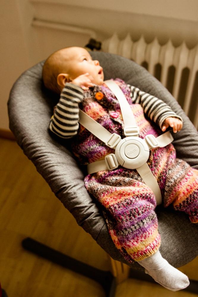 Baby liegt im Nomi Hochstuhl