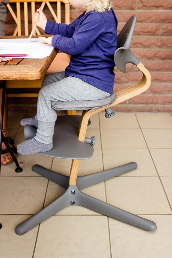 Älteres Kind sitzt auf dem Nomi Hochstuhl