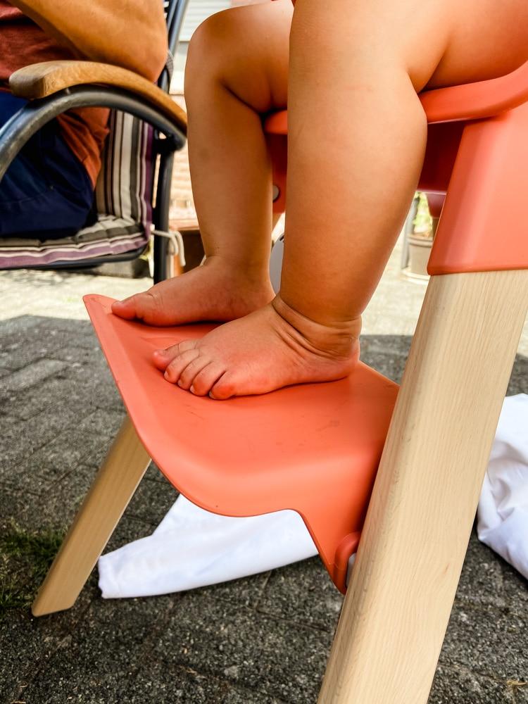 Baby stellt die Füße im Stokke Clikk auf