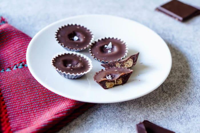 Erdnussmus Pralinen mit zuckerfreier Schokolade und Meersalz - Weihnachtsbäckerei zuckerfrei