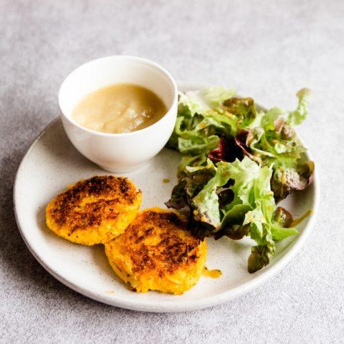 Schnelles Mittagesse oder Abendessen mti Kürbis und Salat für die ganze Familie